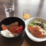 テンクウ - 朝食ビュッフェ2800円(総額)。シメのご飯と、サーモンと玉ねぎのマリネなど。いくら、サーモンをたくさんいただいて、元気が湧く朝食です(╹◡╹)。湧かなくてもありますが(笑)