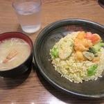 MADE IN JAPAN かにチャーハンの店 - 「刺身海老のマヨネーズ和えチャーハン かに味噌汁付き(\690)」。