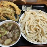 125588295 - 肉汁うどん(並) 700円                       天ぷら3点盛り 300円