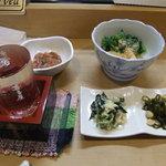 ごはん処ぶら~り - 塩辛・菜の花酢味噌和え・お通し2種・日本酒(東村山辛口・冷)