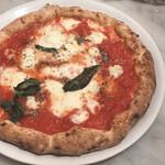 Pizzeria GG - ロマーナ、アンチョビ、モッツァレラ、バジル