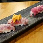 馬焼肉専門店うまえびす - 特選炙り寿司、霜降り中トロ炙りウニのっけ寿司、赤身の握り寿司