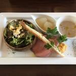 125596326 - 前菜。マッシュルームのスープ美味。