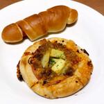 キノクニヤベーカリー - 塩バターパン〈ベーコン〉税別140円、スパイシータコス 税別210円