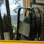 立呑み倶楽部 - 椅子はあります