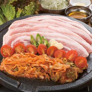 韓国屋台 豚大門市場 - サムギョプサルセット。焼いたトマトと一緒に食べると美味。おかわり無料です。