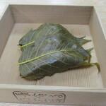 125623612 - 桜餅は葉っぱ3枚に包まれて