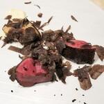 125631828 - 黒毛牛タン炉釜ステーキ、フォワグラ炭焼き、黒トリュフ、新玉葱のクリームソース
