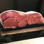 125631861 - さまざまな部位の神戸牛をご披露