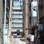 125642253 - 銀座八丁目、昭和通りの東側。まさにビルとビルの谷間、昼時には行列が何よりの目印に