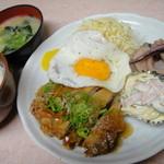 大石 - 日替わりランチ一例。メインは鶏唐揚げの甘酢あんかけ☆ボリューム満点!