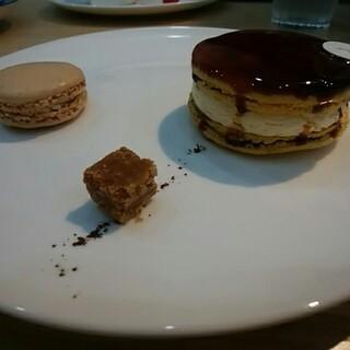 Patisserie SOIR - 料理写真:マカロン・ブリュレ&ショコラ・フラン(マカロン)