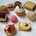 ヴェンタリオ - デザート達手前のイチゴタルトと花のチョコが乗っているチーズケーキが美味しかった