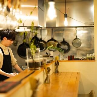 【開放的なオープンキッチン!スタッフとの会話も楽しめます!】