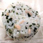 125683267 - 丸亀製麺 「おむすび(鮭しそワカメ)」