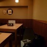うぶ - 店内はカウンター席&テーブル席。