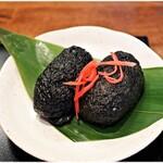 中華蕎麦 きつね - 稲荷寿司 250円 真っ黒け!でも中身は柔らかく優しい味わいです。