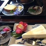 ギャラリーアンドカフェ 草画房 - 手前 チーズケーキ、奥 甘夏のパウンドケーキ