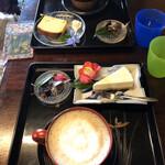 ギャラリーアンドカフェ 草画房 - ケーキセット コーヒーの器は木製で軽く、飲みやすい