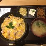 125715527 - 第1Rは親子丼1,200円(税込) 味噌汁と3品付け合わせ