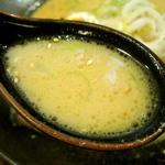 萬楽 塩田屋 - スープの中に赤いのがチラッ♪