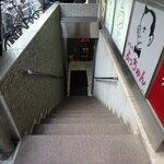 魚介イタリアン&チーズ UMIバル - 地階お店への階段