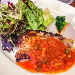 アウグスビール ラボ・キッチン - お魚の日替わりランチ(アイナメのソテー ベーコントマトソース) メインの皿アップ