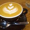 オブスキュラ コーヒー ロースターズ - ドリンク写真:ルワンダ・深煎り・ホットラテ