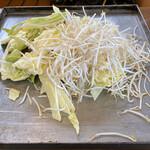 亀八食堂 - 牛ホルモン、心臓、鶏肉、野菜、味噌投入