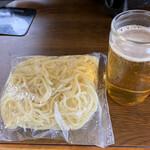 亀八食堂 - 焼きそば麺、ビール(嘘、ほうじ茶www) 亀八食堂のコップは ワンカップの空きビンを使っています!