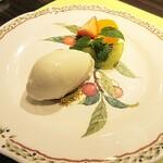 ステーキハウス蜂 - デザート。角度を変えると、お皿の模様と一体化します。