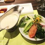 ステーキハウス蜂 - 「サラダ」には、シナモン入りのドレッシング。