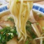 名代中華そば 山金 - 透明感あるスープに、丸みのある中太麺