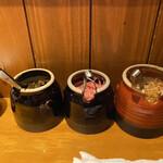 我馬 - 卓上にある高菜、紅ショウガ、モヤシナムル。