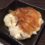 広島風お好み焼 鉄板焼き 花火 - 「お通し(ポテサラにチーズをのせて焼いたもの)」@300