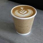 シロコーヒースタンド - WHITE = ラテ 400円 (コーヒー濃いめ フラットホワイト)