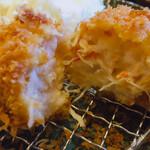 かつ徳 - カニクリームコロッケ断面(箸でカット) ちゃんと蟹の剥き身が入ってます