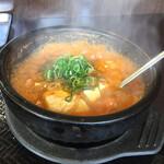 カルビ丼とスン豆腐専門店 韓丼 - ホルモンスン豆腐 グツグツ煮えたぎってます