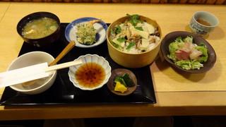 梓 - あさりと筍のわっぱ飯、海老と大葉の天ぷら、刺身二種類、魚のアラ入り味噌汁、お新香