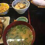 楽車 - 味噌汁 揚げ豆腐の煮物        オレンジ(ほぼ味噌汁に隠れています。)