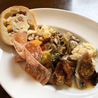 トラットリア エ ピッツェリア アミーチ - ランチメニュー Bコース 2500円 ナポリ定番の前菜盛り合わせ