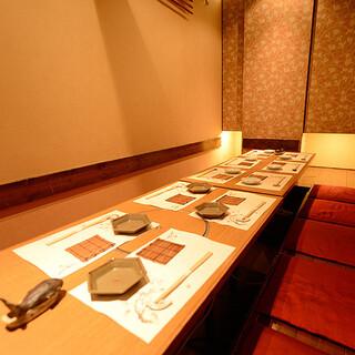温かみのある落ち着いた空間。掘りごたつ席の半個室も完備。