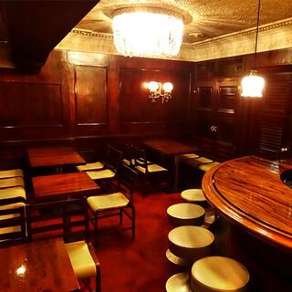 喧騒な新宿の街から地下へ。昭和レトロな雰囲気の隠れ家バー