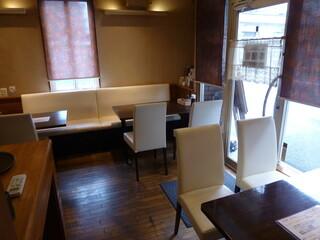 ル・マルシェ - 入ってすぐには、4人掛けの片側ソファー席