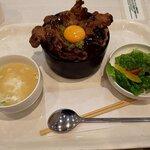 ぴょんぴょん舎オンマーキッチン - 料理写真:はみ出し豚丼