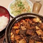 Hakataumakammonono - 麻婆豆腐定食。ご飯とサラダは、おかわり自由です。