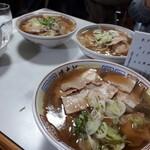 まこと食堂 - 手前、大盛りチャーシュー麺。奥はノーマルチャーシュー麺です。