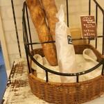 セシボン - 料理写真:バゲット…都内のパン屋だともっと高いですよね価格自体比較的良心的です。嬉しいですね