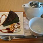 ナナズ グリーンティー - 抹茶のガトーショコラと宇治煎茶のセット800円