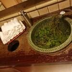 明日香 - トイレの流しに檜葉が敷き詰められている!スゴイ 202002